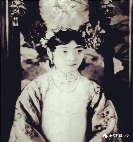 末代皇帝婉容罕见照,穿皇后旗袍面无表情,和弟弟却笑靥如花