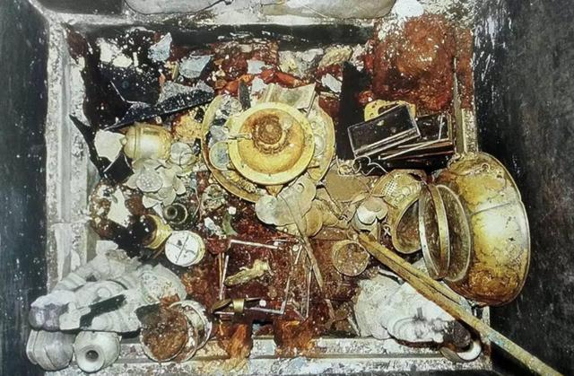一座古建筑突然倒塌,大家都惋惜之时,竟出现了两千多件稀世珍宝
